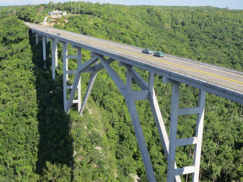 Backpacking auf Kuba - Landschaft mit Brücke