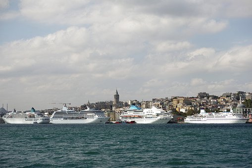 Fähren und Schiffe im Hafen