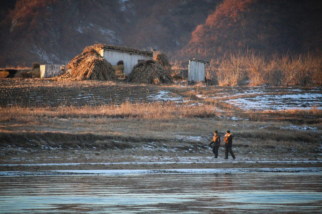 Backpacking Nordkorea - Landschaft mit Soldaten