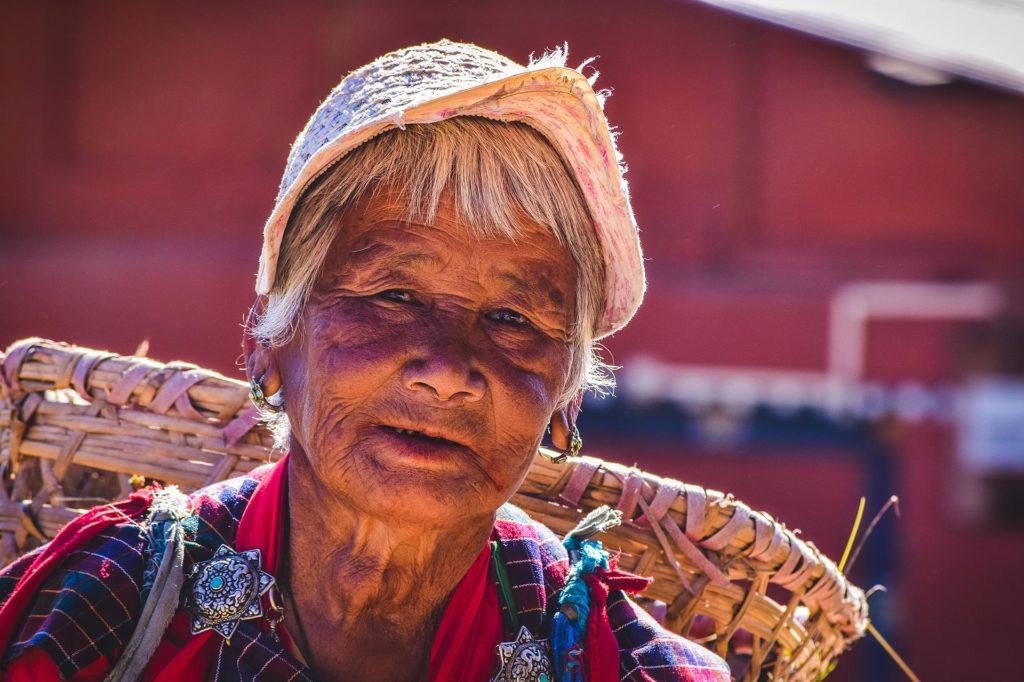 Backpacking in Bhutan - Frau vom Lande