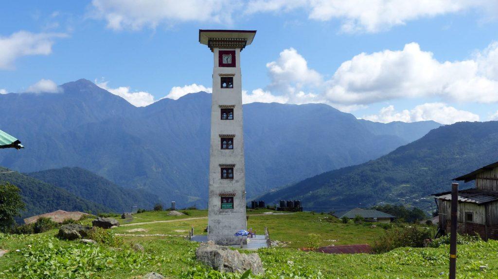 Backpacking in Bhutan - Landschaft mit Türmchen