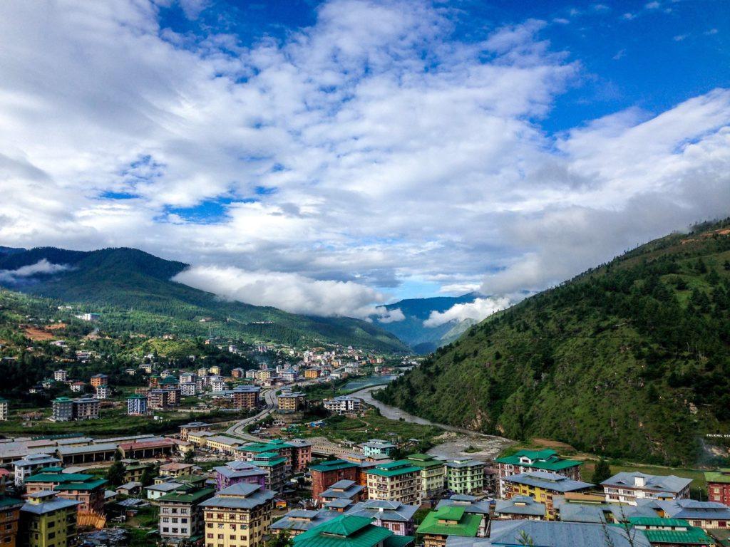 Backpacking in Bhutan - Stadt mit traditioneller Architektur