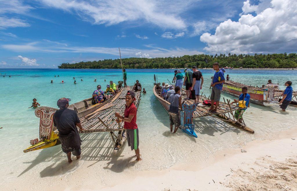 Backpacking in Papua-Neuguinea - Unterwegs auf Auslegerbooten
